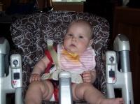 ma fille 5 mois et demi qui mange dans sa chaise haute