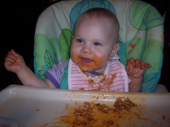 Daphnée qui mange du spagettti