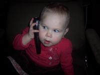 daphnée qui jase au telephone (un vieux telephone)