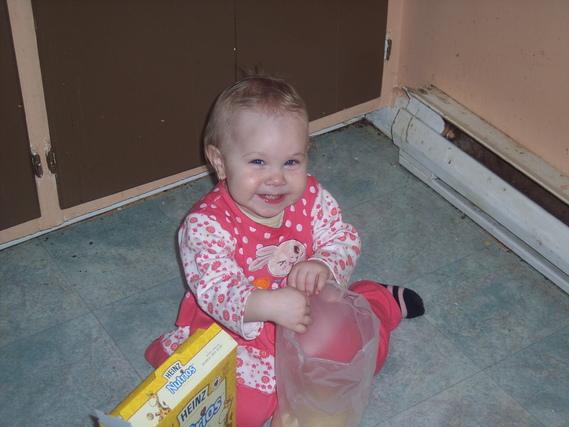 Daphnée qui vide la boite de cereals
