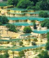cascades du parc national de huanglong dans la région du sichuan