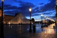Les lampadaires du Louvre by night