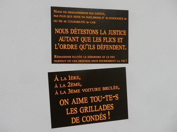 Stickers vus sur les murs du tribunal de Paris, le jour du procès du 8 nov- 2017