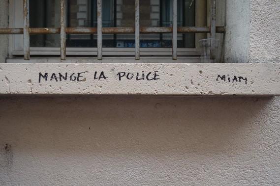 mange la police