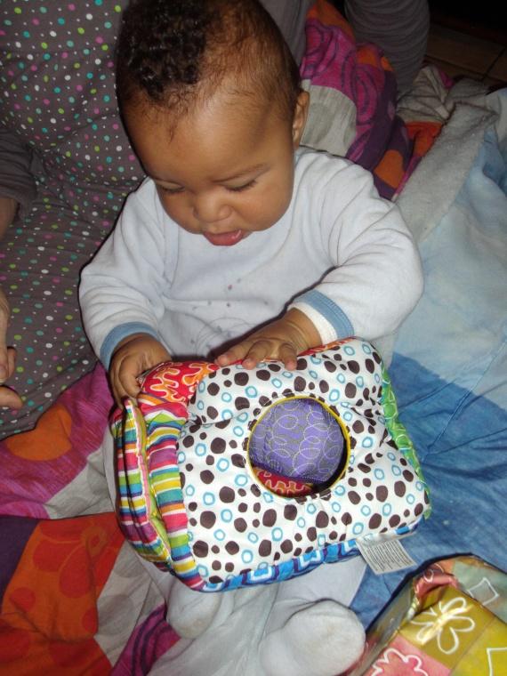maxence et le cube avec les balle lamaze