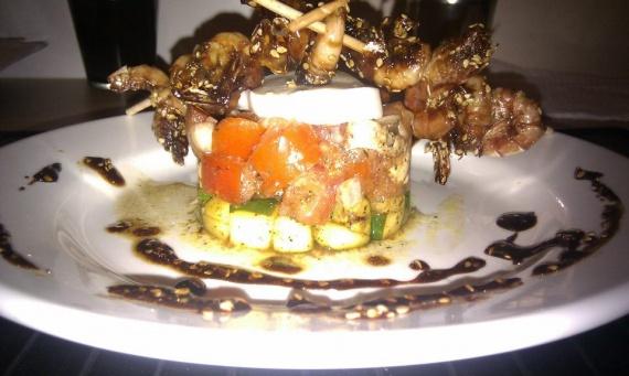 Tartare de tomate sur son lit de courgettes au curry & crevettes caramélisées au sésame