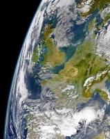 La France telle que les astronautes peuvent nous voir.Neige sur les Alpes, temps dégagé ; nuages sur