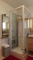 côté douche en face il y a la baignoire