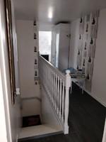 CAGE D 'escalier blanche,  plafond,  sol en lattes noires, dessous  réagréé par moi aussi  toilettes