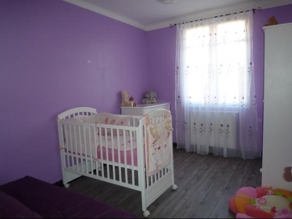 Chambre rose et violette de ma n nette vos id es for Disposition chambre bebe