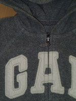 détail gilet GAP gris = tissu de la tirette de la fermeture éclair un peu arraché