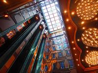 Les ascenseurs vitrés à l'intérieur du bâteau