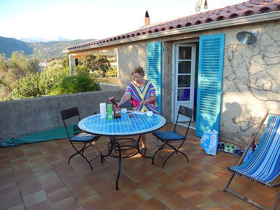 je prépare le petit dej sur la terrasse