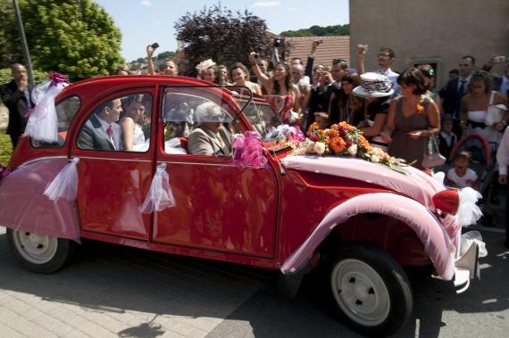 Location voiture pour mariage qui a choisi musique et for Decoration 2cv mariage