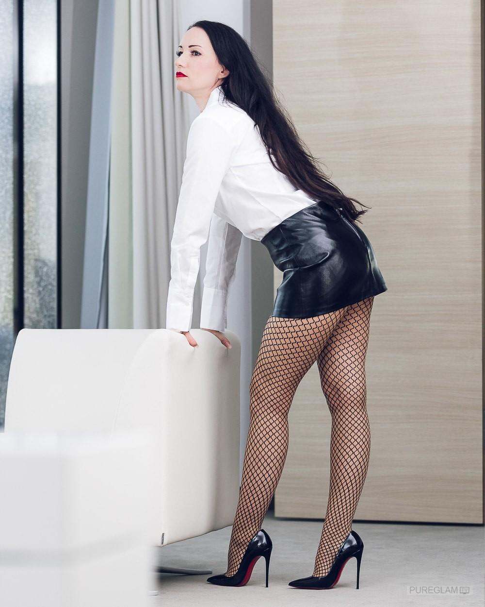 Ladylike-elegant-HighHeels-Lack-Minirock-Bluse-Netzstrumpfhose-Fishnet-tights-OOTD-005