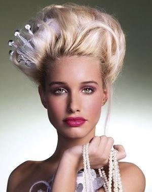 coiff chignon baroque cheveux crepes couronne semi enfouie sur coté top model coiffure