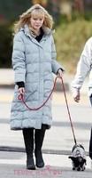 emma-stone-walks-dog__oPt