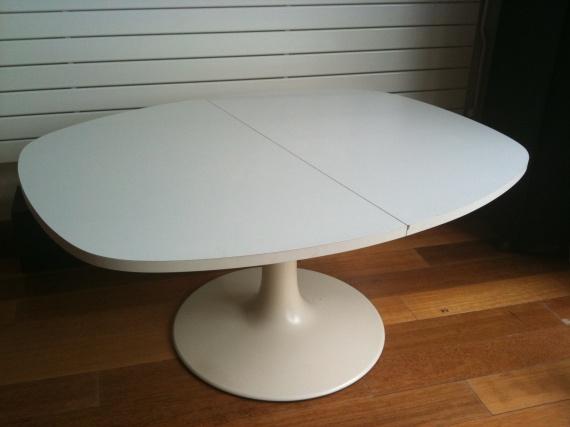 quelle est cette dr le de table knoll marqu e jlr d coration forum vie pratique. Black Bedroom Furniture Sets. Home Design Ideas