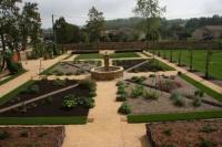 Jardin médiéval avec fontaine à Gontaud de Nogaret