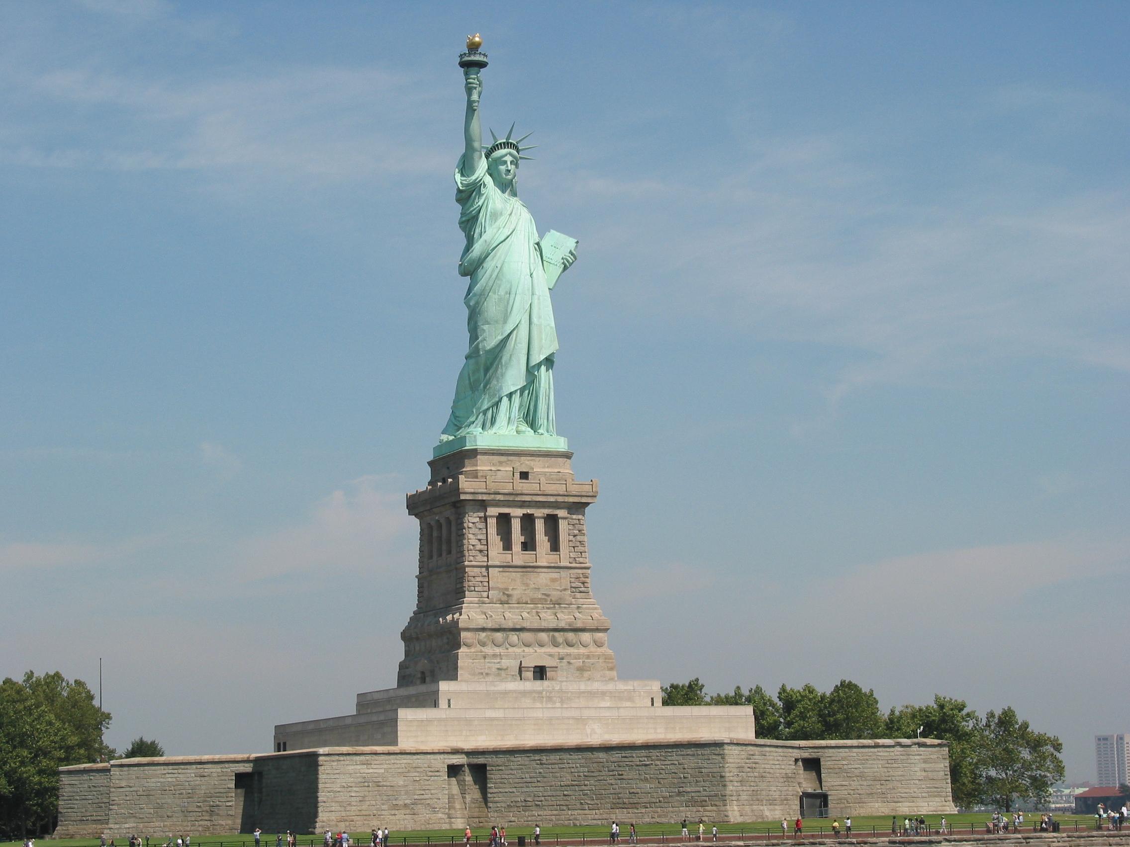 La statue de la liberte de pied en cape new york usa for Createur statue de la liberte