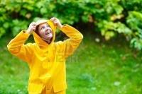 5635824-happy-jeune-femme-en-impermeable-jaune-sous-la-pluie