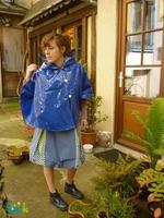 manteau-cape-a-capuche-en-vinyle-bleu-4148991-peristyle-fait--011-83d55_big