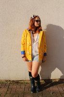 festival-fashion-inspo-yellow-raincoat-joy-zara-hunters-006