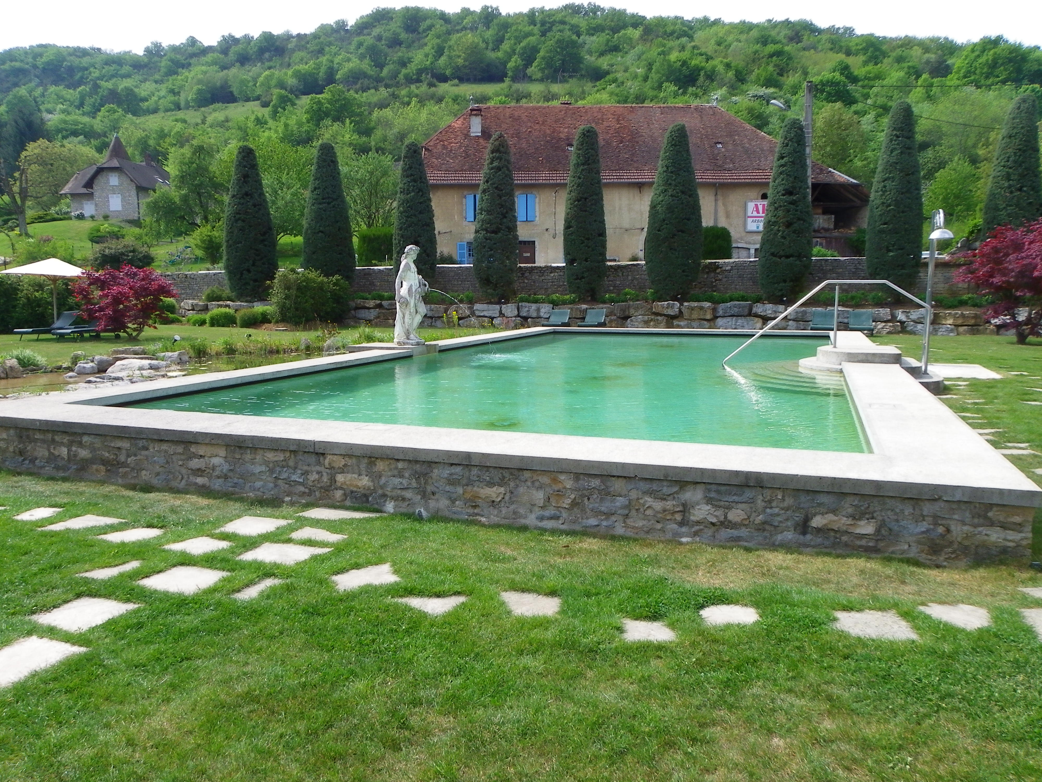 Piscine ext rieure chateau de germigney une cop for Piscine 3 chateaux