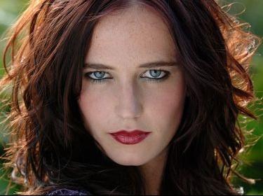 Coupe de cheveux brune yeux vert