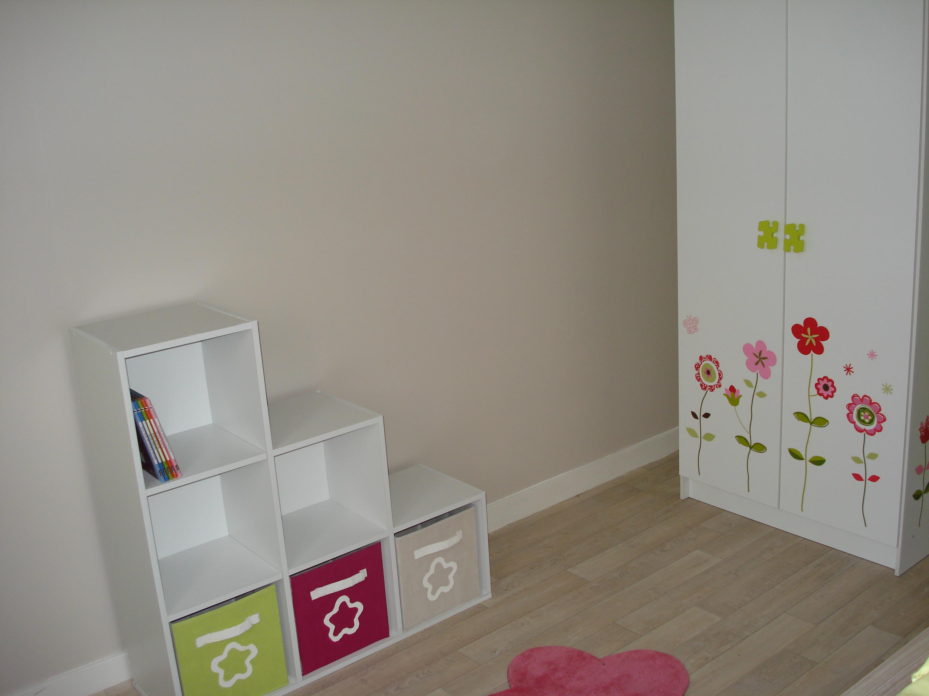 Chambre de notre choupinette verte, grise, touche de rose ...