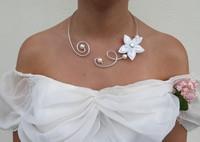 collier- mariée- fil aluminium-fleur-satin- blanche- perles