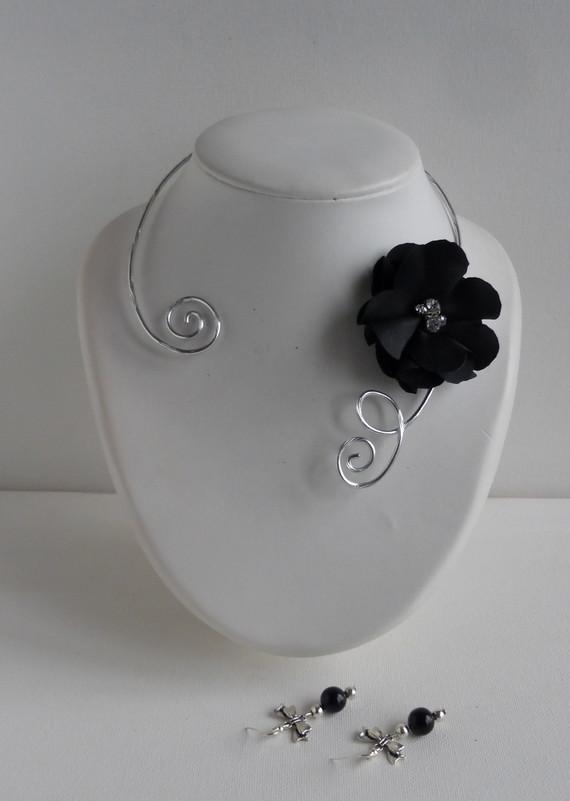 collier fleur noire ras cou