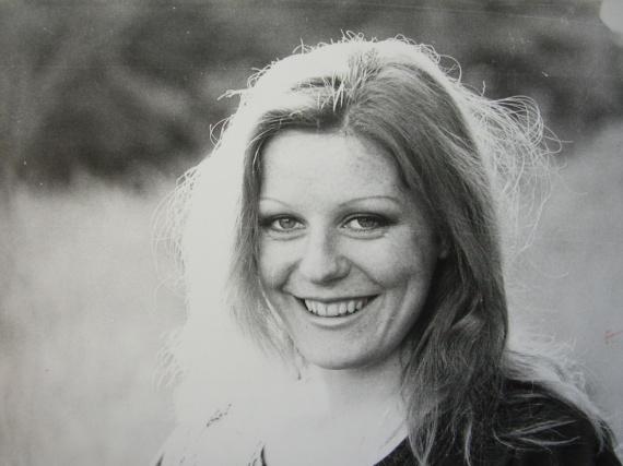 Ma mère fait ses débuts de jeune comédienne. Elle rencontre mon père lorsqu'elle a 19 ans. Je nais d