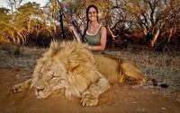 melissa-bachman-posant-fiereument-devant-le-lion-qu-elle-venait-d-abattre-1394017958