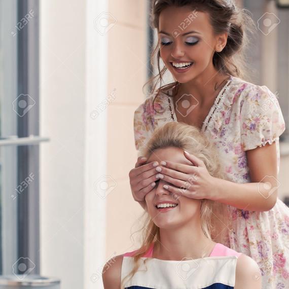 30751917-une-fille-avec-un-grand-sourire-en-robe-d-t-couvre-les-yeux-de-sa-belle-amie-qui-mange-tart