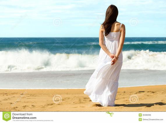 femme-sur-la-plage-regardant-la-mer-30489396
