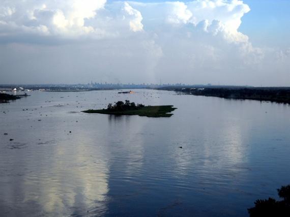 Le rio Paraguay et, au fond, la ville d'Asuncion.