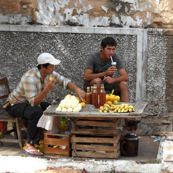 Asuncion - Marchands des rues sirotant le terere