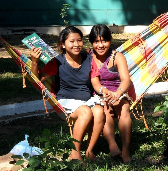 Asuncion - Jeunes filles sur la Plaza Uruguaya