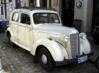 Colonia del Sacramento - Une voiture ancienne, face à l'église