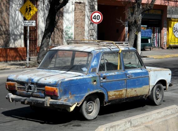 Mendoza - Véhicule antique, mais encore en service...