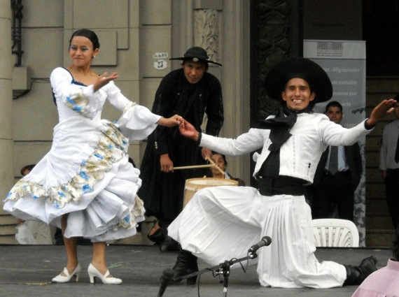 Salta - Plaza 9 de Julio, danseurs