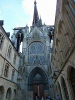 Cathédrale vue de la rue Saint Romain