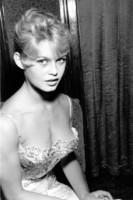 brigitte-bardot-jeune-avec-robe-et-dfecollete