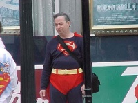 Superman attend le bus