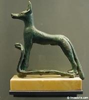 dieu loup Oupouaout conduit les morts à Osiris