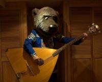 ours russe jouant de la balalaïka contrebasse