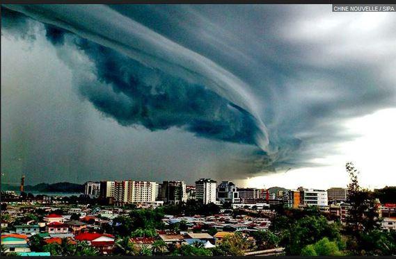 photo du ciel au-dessus de kota kinabalu en malaisie