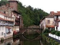 vieux pont à Saint Jean Pied-de-Port qui franchit la nive