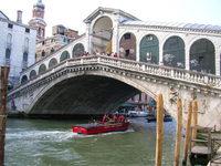Pont du Rialto (Venise) enjambe le Grand Canal (antonio da Ponte, XVIe)